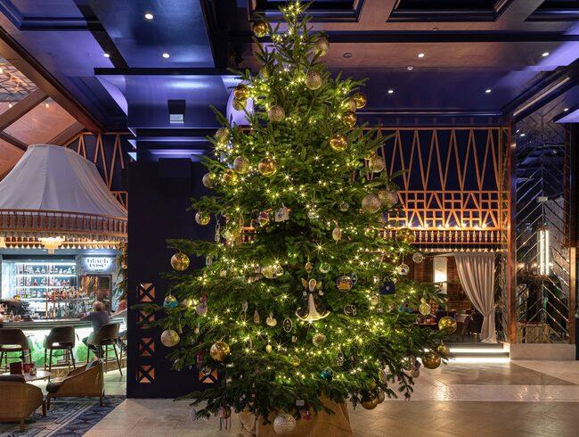Världens dyrbaraste julgran i hotellobbyn i Marbella.