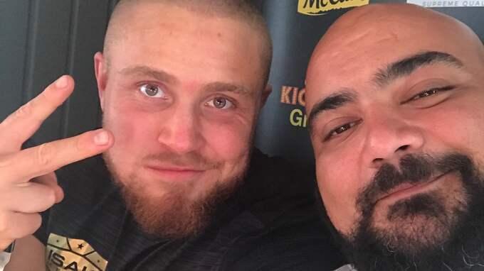 """Ägaren av """"Lilla Kiosken"""", Ramtin Amitlatifi passade på att ta en selfie med Isak Melin under rekordförsöket. Foto: Privat"""