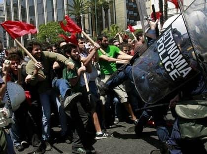 """Greker demonstrerar mot regeringens tuffa krispaket. """"Valet står mellan sammanbrott eller räddning"""" säger Greklands finansminister Giorgos Papakonstantinou."""