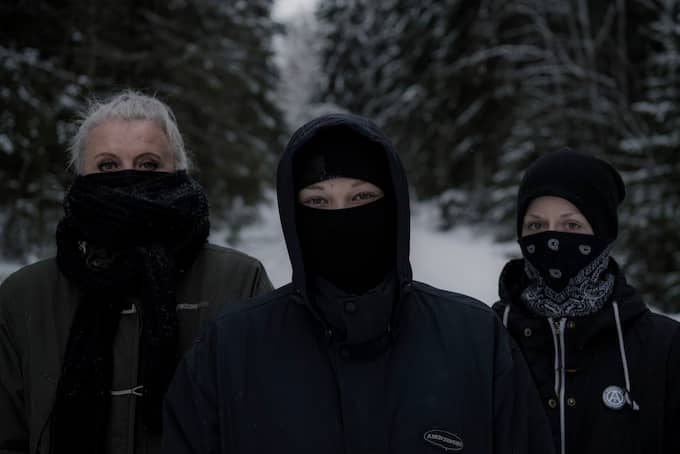 Några av de aktivister som sedan början av januari varit i skogarna mellan Köping och Surahammar för att försöka förhindra och störa den legala jakten på sex vargar. Foto: ALEX LJUNGDAHL