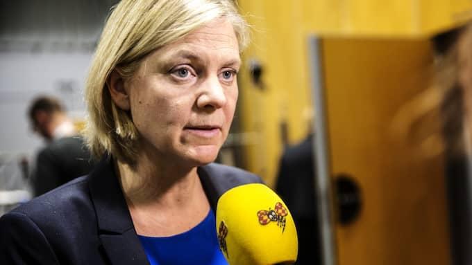 Magdalena Andersson (S) öppnar dörren för L och C. Foto: Henrik Jansson