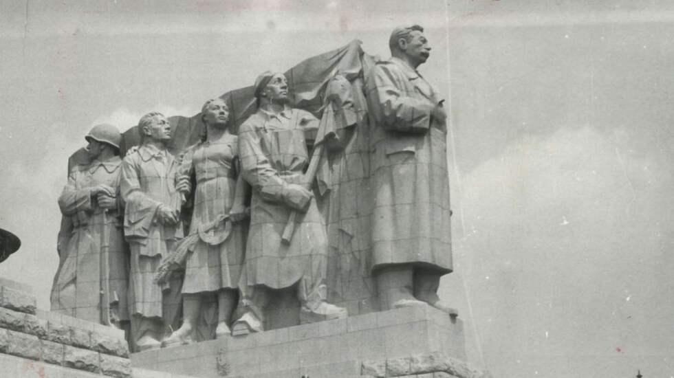 MONUMENT ÖVER FÖRTRYCK. Stalinmonumentet som stod vid floden Moldau utanför Prag restes den 1 maj 1955 och revs 1962. Det var världens då största monument över diktatorn. Foto: Arkiv
