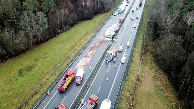 Lastbil mejade ner flera hundra meter av mitträcket på E6
