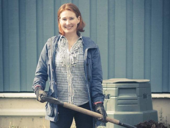 """Lisa Månsson står bakom """"Lisas miljöblogg"""". Hon försöker att leva så miljövändligt och billigt som möjligt. Skaffa en varmkompost är ett av hennes tips."""