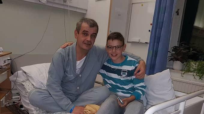 Muhamed pustar ut med sin son i sjuksängen på Halmstad sjukhus. Foto: Privat