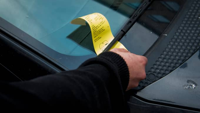 Efter att ha fått böter blev bilisten förbannad och körde på parkeringsvakterna. Bilden är tagen i ett annat sammanhang. Foto: TOMAS LEPRINCE