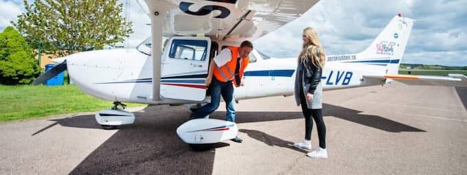 GT:s reporter Evelina och piloten Magnus gör sig redo att flyga 300 meter över Göteborgsvarvet. Foto: Robin Aron