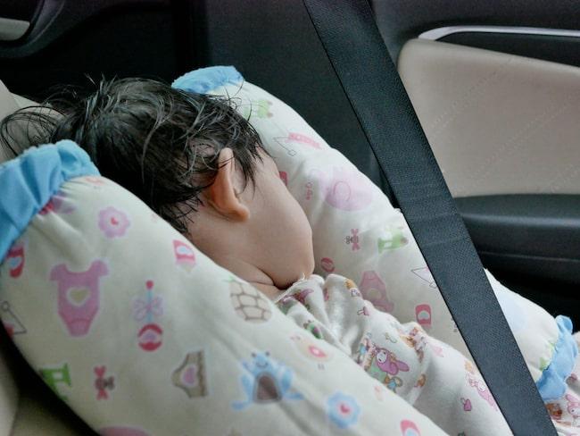 Att lämnas ensam i en bil en varm sommardag kan vara en livsfara för små barn.