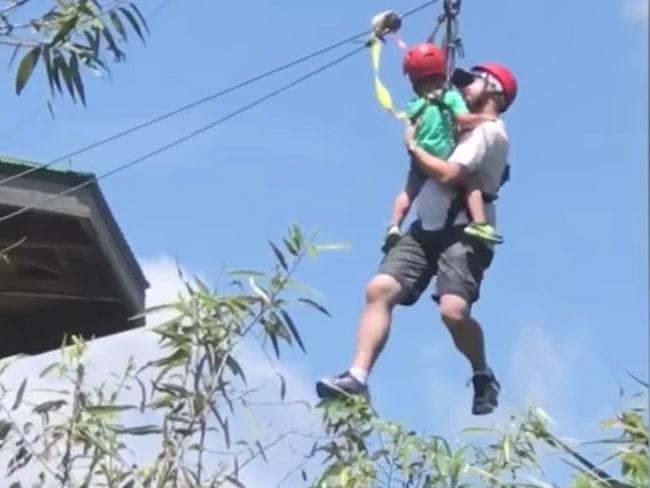 Pappan och sonen hängde i ziplinen i 20-25 minuter.
