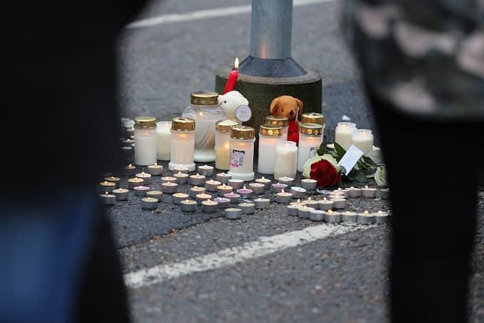 Personer samlades vid platsen för att minnas Noraldin. Foto: ROBERT BETZEHAG / RESCUE PHOTO