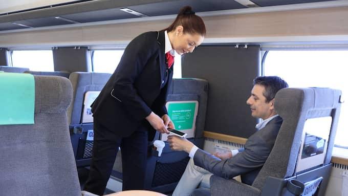 FRAMTIDEN ÄR HÄR: Så här kan det komma att se ut när du visar tågbiljetten. Ett chip skjuts in i handen och tågvärden läser av det. Tekniken finns redan och SJ testar nu systemet på bred front. Foto: SJ AB