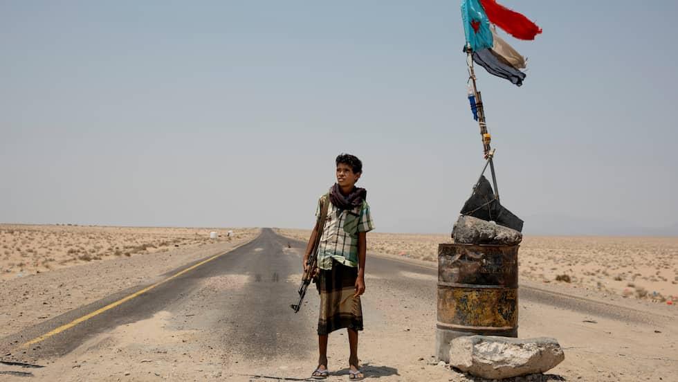 13 ÅR – OCH HAR SKJUTIT. Mohammed, 13 år, vaktar en i en vägspärr utanför Mocha. Han berättar att han har skjutit på och sett döda människor. Foto: NICLAS HAMMARSTRÖM