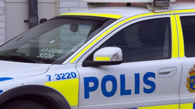 Polisen tog upp jakten på förarna och fick till slut stopp på bilen med hjälp av spikmatta. Bilen är tagen vid ett tidigare tillfälle. Foto: Roger Vikström