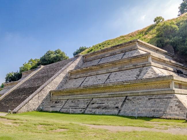 Arkeologer har hittat över 400 begravda personer inuti och runtomkring Choulapyramiden i Mexiko.