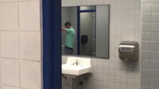 Ilskan mot skolan – efter studentens bild från toaletten