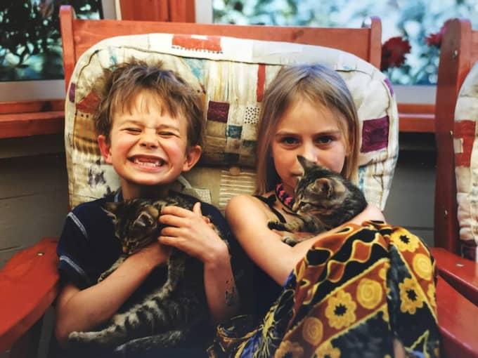 Familjens katt har fått sin förstakull. Jim och storasyster Simona kelar med två av ungarna.