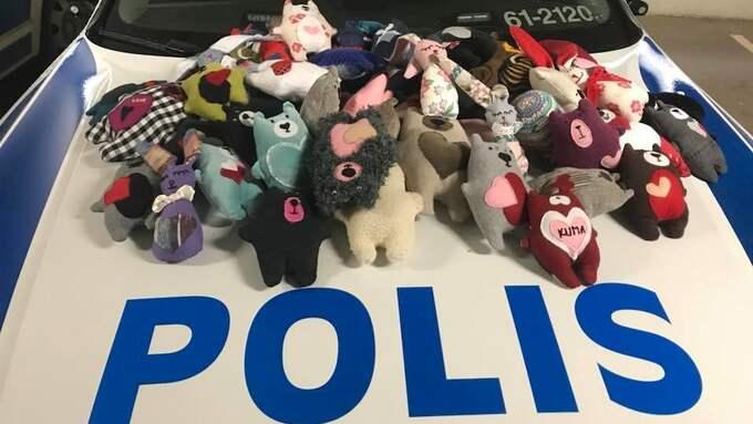 Karlskronapolisen har fått påfyllning med nya gosedjur – fyra fulla bärkassar. Foto: POLISEN