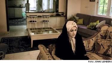 Hennes morfar var revolutionens store ledare, hennes svåger var Irans president och hennes man leder det största reformistpartiet men för mullorna är kvinnorättskämpen Zahra Eshraghi ett hot.