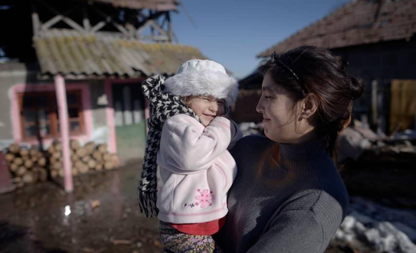 """Sorina Cornea har inte kunnat sluta krama om dottern Adelina sedan hon återvände till Rumänien. """"Jag har längtat efter min flicka"""", säger hon. Foto: Martin von Krogh"""