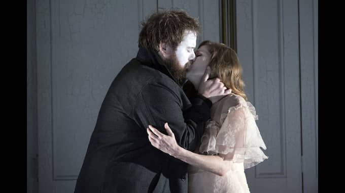Hamlet (Allan Clayton) och Ofelia (Barbara Hannigan). Foto: RICHARD HUBERT SMITH / GLYNDEBOURNE
