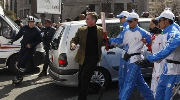 SLÄCKT FACKLA. Protesterna mot Kinas behandling av Tibet tvingade arrangörerna att sätta facklan på en buss för att skydda den mot demonstranter. Foto: Reuters