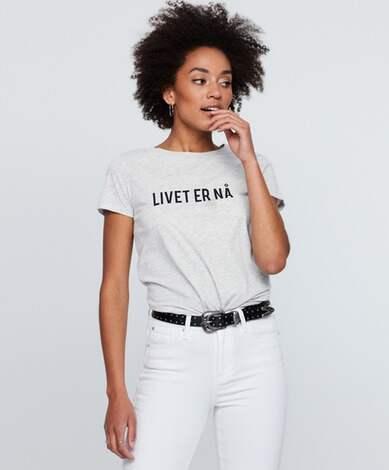"""T-tröja från Gina Tricot med texten """"Livet er nå"""". Foto: Gina Tricot"""