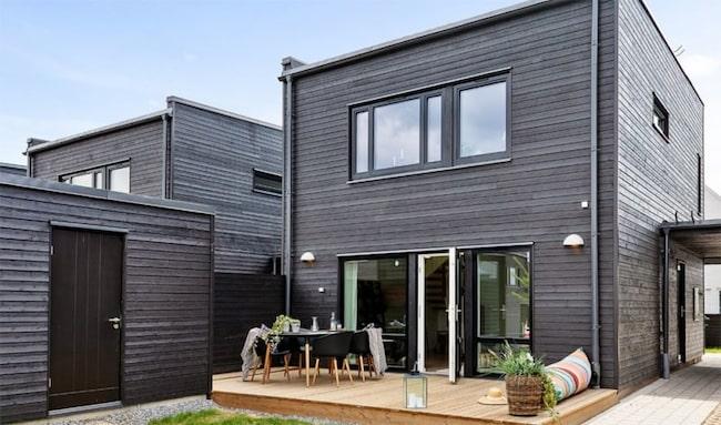 De nybyggda husen i Sköndal är inte vita direkt.