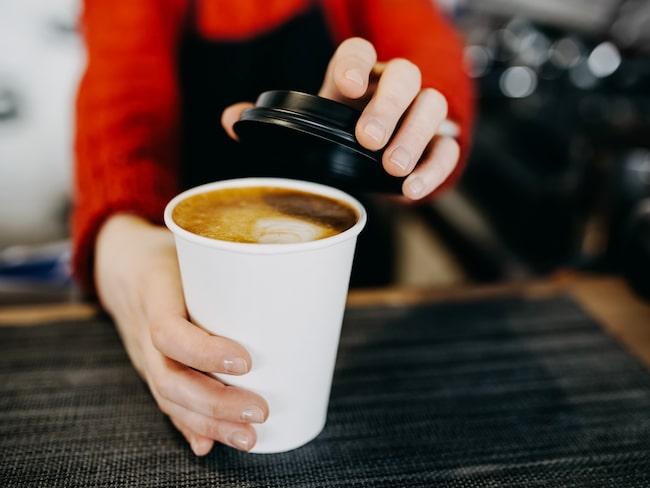 Skippa utekaffet och ta med dig en termos, alternativt drick kaffet i en porslinsmugg.