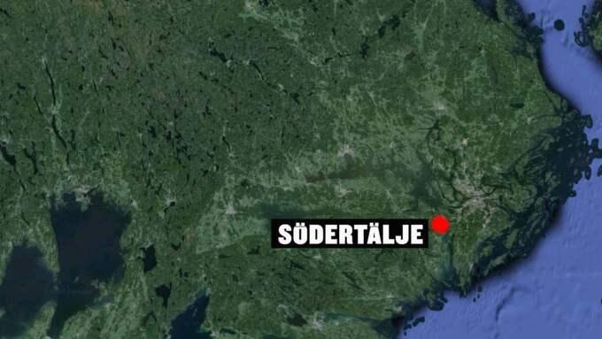 Mannen gick igenom isen på en sjö söder om Södertälje.