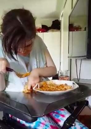 Felicia har stora svårigheter att äta själv och behöver tillsyn och hjälp dygnet runt. Foto: Skärmdump