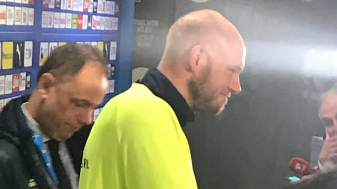 Andreas Granqvist visar upp den nya frisyren. Foto: Daniel Kristoffersson.