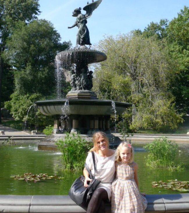 Pernilla Wahlgren i Central Park med sin guddotter.