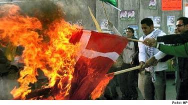 Palestinier bränner den danska flaggan under en protestaktion på Västbanken. Nu kan Sverige dras in i konflikten på allvar efter att en svensk tidning utlyst en tävling om bästa Muhammedkarikatyrerna. Arabiska medier varnade Sverige i går.