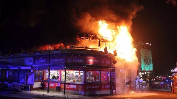 Storbrand rasar på nöjesfältet Bakken norr om Köpenhamn