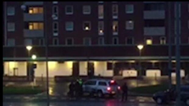 Här skjuter polisen ner knivmannen