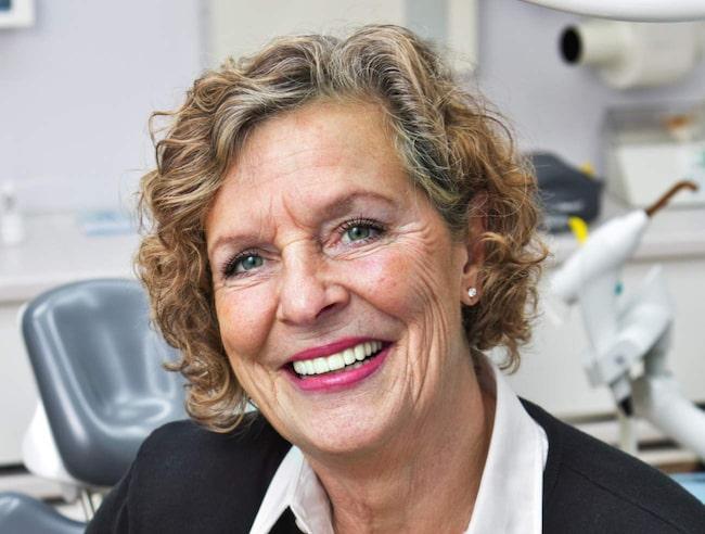 """Tandbehandling med titthålskirurgi och titanskruvar. Anne Bellander har fått nya tänder som hon är supernöjd med. """"Jag var varken svullen eller hade ont efteråt"""""""