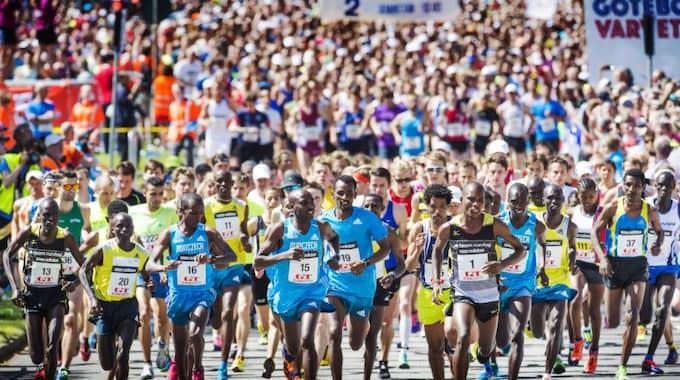 I år är löpare från 64 länder på plats, vilket innebär att 16 fler länder är representerade jämfört med förra året. Foto: Robin Aron