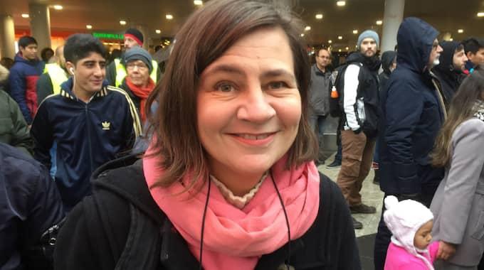 Varför är du här i dag och demonstrerar? Johanna Eklund, 51, Bromma – Jag tycker att de här ensamkommande afghanska barnen ska få vara kvar i Sverige. Jag har haft elever som kommer från Afghanistan. Har man lärt känna dem vill man att de ska få stanna kvar. – De är väldigt ambitiösa i skolan, jätteduktiga. De vill någonting, som att komma vidare i livet. – Jag tycker att vi ska försöka göra vårt bästa här i Sverige. Vi har det ändå ganska bra här. Foto: Michael Töpffer