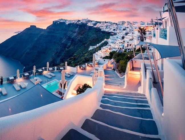 Ska du resa till Santorini eller något annat europeiskt resmål är det oftast billigast att flyga ut på fredagen.