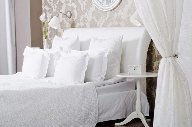 Vitt. Använder du så mycket vitt du bara kan har du kommit långt i att få en säng som liknar den mysigaste hotellsängen.