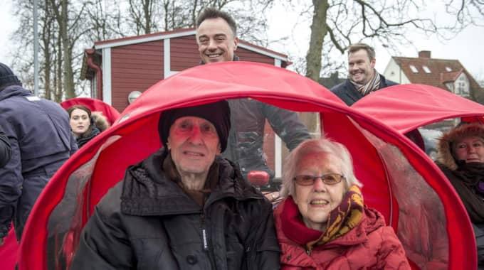 Rolf och Gulli tyckte inte om vädret men uppskattade dagens cykeltur. – Det pekades och gestikulerades, alla verkade väldigt glada, säger Karl Albjär. Foto: Tomas Leprince
