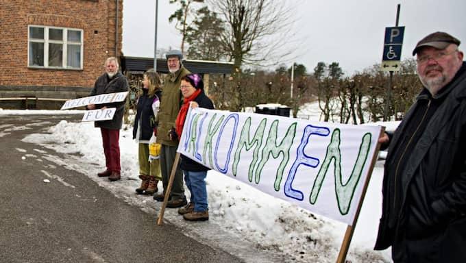 Flyktingarna välkomnades med hälsningar och pepparkakor. Foto: MATHS OLSSON/SYDÖSTRAN
