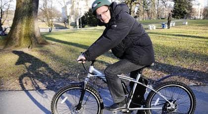 Bekvämt. Det är bara att trycka till så far elcykeln nästan hela vägen till jobbet av sig själv. GT:s Lasse Råde har testat den nya cykeln. Foto: Maria Ekman