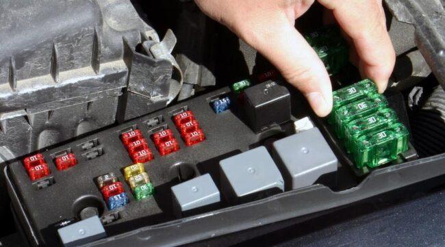 ELFEL. Vanligaste felen har med motorstyrning och avgasrening att göra, följt av bromssystem och krocksystem.