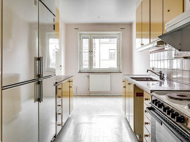 Köket är trendigt retro och har använts flitigt sedan den senaste renoveringen som var i samband med när huset byggdes 1967. Här möts ni av ett härligt ljusinsläpp från de stora fönstren som vetter mot himlen och de vackra sekelskiftesfastigheterna över gatan.