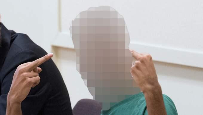 """I samband med häktningsförhandlingen visade en av de misstänkta Hallonbergen-mördarna – en 21-årig man – sin avsky. Han gjorde obscena gester i rättssalen och kallade åklagaren för ett """"monster"""". Foto: Sven Lindwall"""