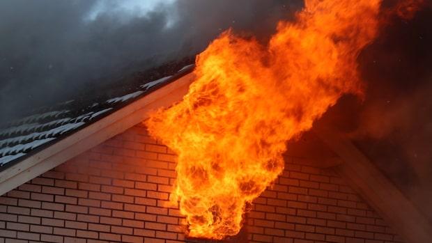 Kraftig brand i villa – rökdykare går in