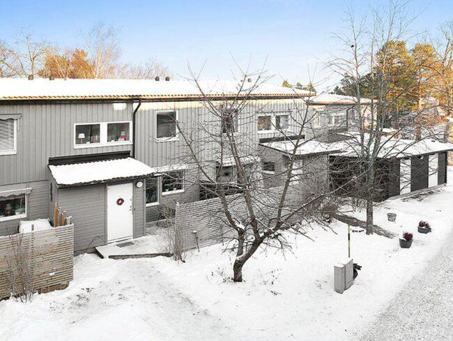 Här är radhuset som Karin Adelsköld bott i de senaste tio åren. Nu säljer hon det för knappt 3 miljoner kronor.