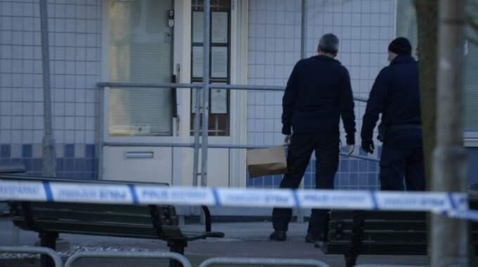 Det anses farligt och polisen har spärrat av platsen. Foto: Fritz Schibli