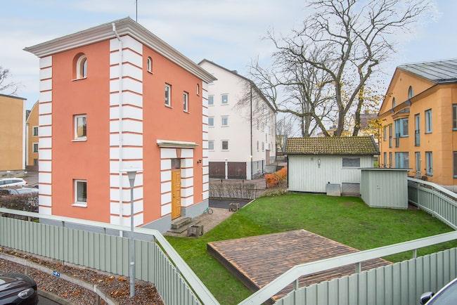Ett helt höghus med tre våningar – på 66 kvadratmeters boarea. Det är vad Linköping med rätta kallar för stadens minsta höghus.